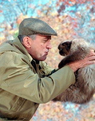 Jack Byrnes ( Robert De Niro ) with the family cat Jinx in Universal's Meet The Parents