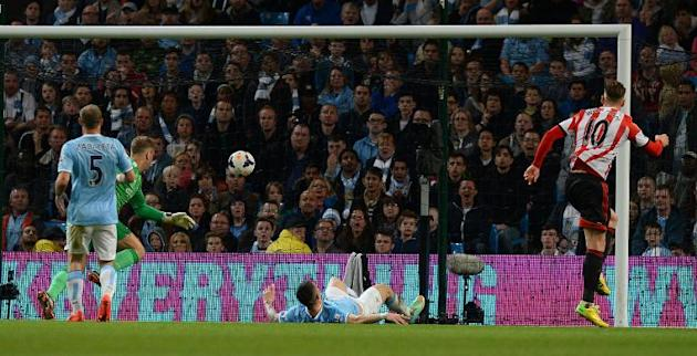 Sunderland's Connor Wickham (R) scores during their 2-2 English Premier League draw against Manchester City at the Etihad Stadium on April 16, 2014