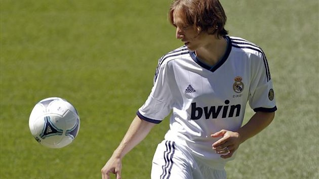 Real Madrid's new signing Luka Modric of the Croatia juggles a ball during his presentation at the Santiago Bernabeu stadium in Madrid August 27, 2012 (Reuters)