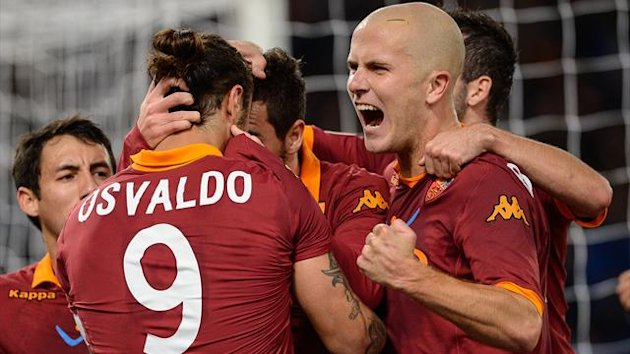 AS Roma Argentinian forward Pablo Daniel Osvaldo (L) celebrates with his team mates after scoring the penalty during their Italian Serie A home clash with Torino