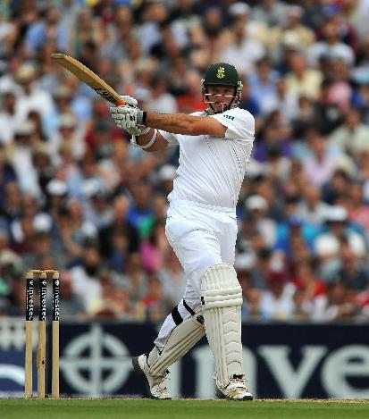 Graeme Smith propped up South Africa's chase with an unbeaten 111