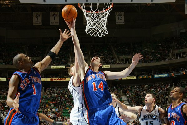 Bruno Sundov (#14), seen here battling for a rebound with Knicks teammate Anfernee Hardaway in a 2005 game, will suit up for Rain or Shine. (Photo by Thearon Henderson/NBAE via Getty Images)