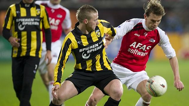 Brett Holman of AZ Alkmaar (R) fights for the ball with Alexander Buttner (L) of Vitesse Arnhem (AFP)