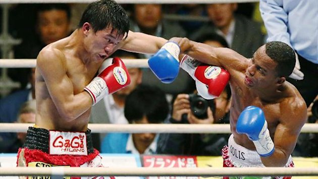 IBF champion Daiki Kameda (L) fights with WBA champion Liborio Solis (R) of Venezuela (AFP)