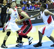 Mark Caguioa vs Willie Miller and Gary David. (PBA Images)