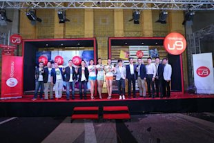Launch of Ninetology U9 Smartphones. Models together with Ninetology's Product Spokesperson, Z-Chen, alongside Sean Ng, Chief Executive Officer of Ninetology Holdings Sdn Bhd (fifth from left) Beh Heng Thye, Chief Operations Officer of Ninetology Holdings Sdn Bhd (fourth from left) and Arthur Wang, Senior Director, Head of EMSM, Mediatek Inc (fifth from right).