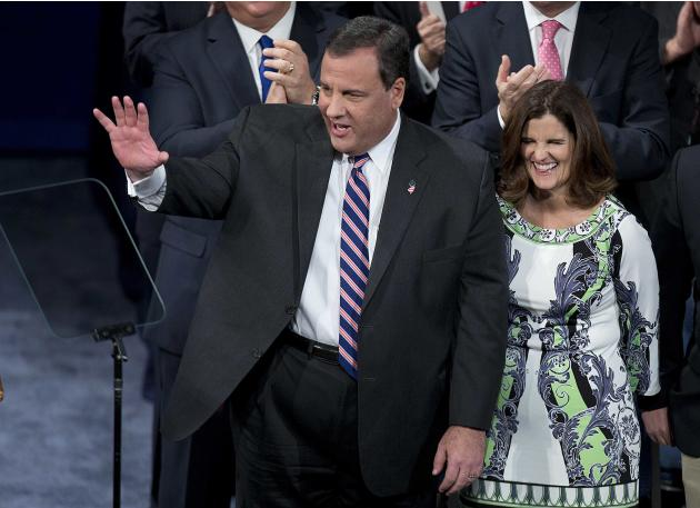 Governor Chris Christie waves as his wife Mary Pat Christie looks on before he was sworn in for his second term at the War Memorial Theatre in Trenton