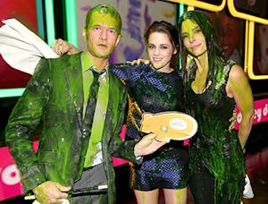 Kristen Stewart Gets Covered in Slime After Hugging Sandra Bullock and Neil Patrick Harris at Kids' Choice Awards