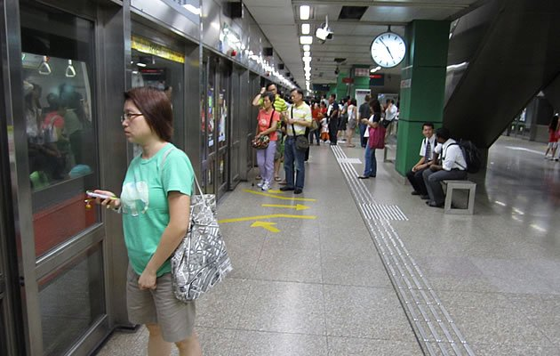 Commuters waiting for their train at an MRT station in Singapore. (Yahoo! file photo)""