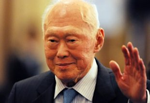 Former Prime Minister Lee Kuan Yew urges Singaporeans to improve their English. (AFP file photo)