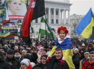 Pro-European integration protesters take part in a rally at Independence Square in Kiev December 15, 2013. REUTERS/Gleb Garanich