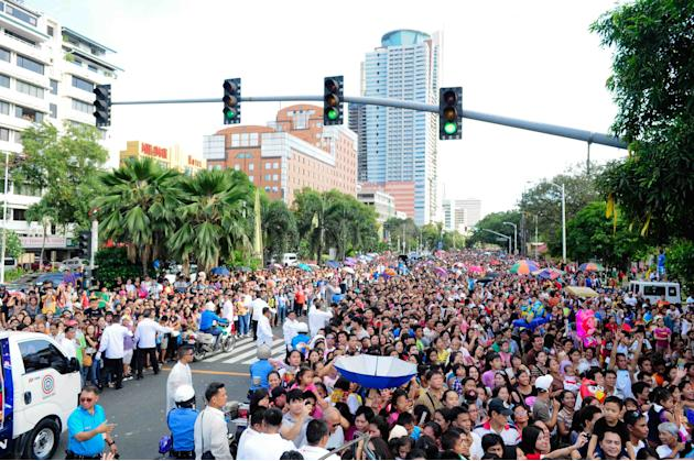A sea of people gather to see the annual Metro Manila Film Festival Parade of Stars. (Angela Galia/NPPA Images)
