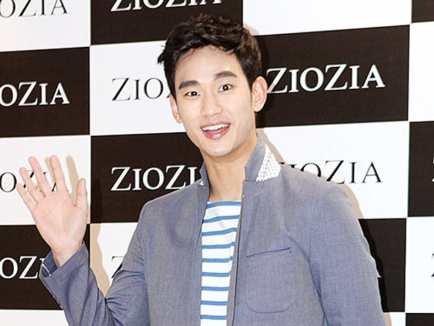 Kim Soo Hyun at a recent fan autograph-signing event. (BNT News)