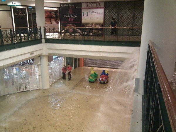 Basement of Tanglin Mall flooded (courtesy of @onglette)