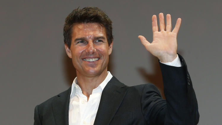"U.S. actor Tom Cruise waves to fans at the Japan premiere of his new movie ""Jack Reacher"" in Tokyo,  Wednesday, Jan. 9, 2013. (AP Photo/Shizuo Kambayashi)"