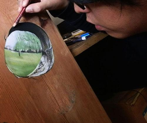 Đừng lau mặt bàn vì đây là tranh vẽ!