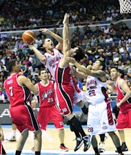 Yousef Taha collides with Mac Baracael. (PBA Images)