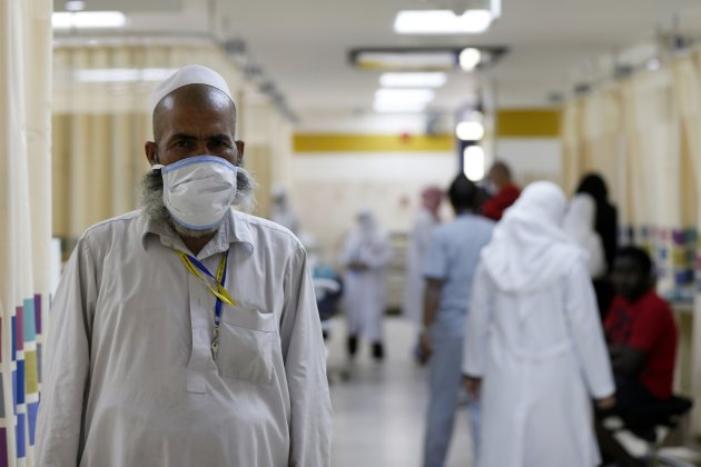 A Muslim pilgrim wears a protective mask in Emergency in Mecca Sept.30, 2014. (Reuters)