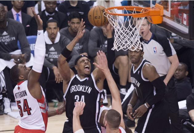 Paul Pierce de los Nets de Brooklyn intenta anotar ante Patrick Patterson de los Raptors de Toronto, a la izquierda, en los playoffs de la NBA el sábado 19 de abril de 2014. (AP Foto/The Canadian Pres
