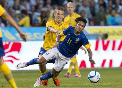 Brazil's Neymar (R) vies with Pontus Wernbloom during a friendly football match between Brazil and Sweden