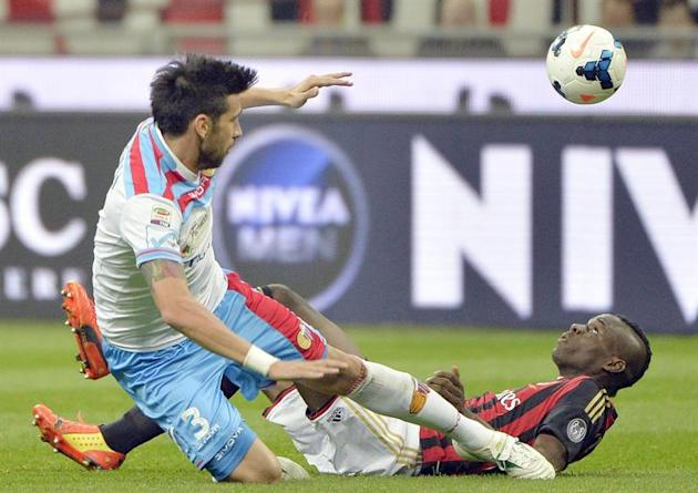 . Milan (Italy), 13/04/2014.- Milan's Mario Balotelli (R) vies for the ball with Catania's Nicola Federico Spolli (L) during the Italian Serie A soccer match between AC Milan and Catania Calci