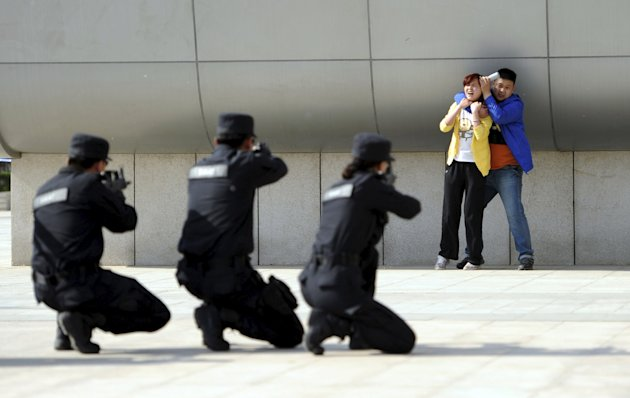 Police officers conduct an anti-terrorism drill in Zhengzhou in this May 7, 2014 file picture. (Reuters)