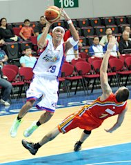 Arwind Santos attempts a shot while Cliff Hodge tries to draw an offensive foul. (PBA Images)
