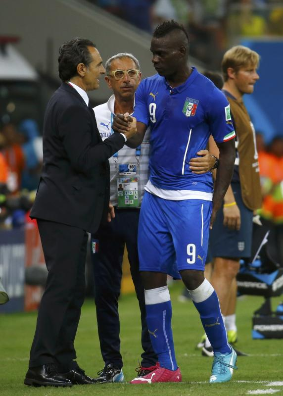 Italy's coach Prandelli congratulates Italy's Balotelli during World Cup soccer match between England and Italy at Amazonia arena