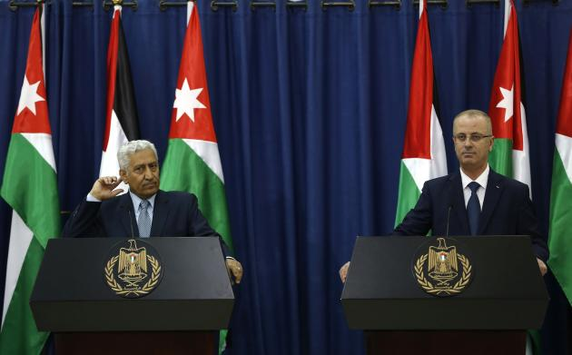 Palestinian PM Rami Hamdallah and Jordanian conunterpart Abdullah Ensour attend news conference in West Bank city of Ramallah