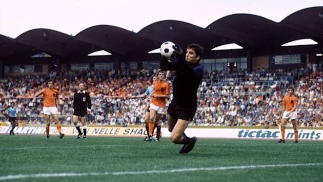 Ladislao Mazurkiewicz makes a save against Netherlands at the 1974 World Cup (Imago)
