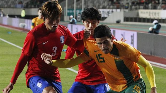 Australia's Tom Rogic fights for the ball with South Korea's Hwang Seok-Ho and Kim Chang-Soo (Reuters)