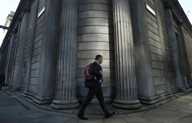 A man passes the Bank of England in the City of London January 16, 2014. Bank of England representatives discussed the process of setting foreign exchange benchmarks with senior currency dealers at major investment banks in April 2012, more than a year before regulators launched official probes into alleged rate manipulation, according to a Freedom of Information Request made by Reuters. REUTERS/Luke MacGregor (BRITAIN - Tags: BUSINESS)