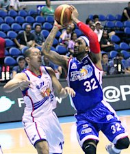 Petron's Renaldo Balkman and Air21's Mark Isip. (Nuki Sabio/PBA Images)