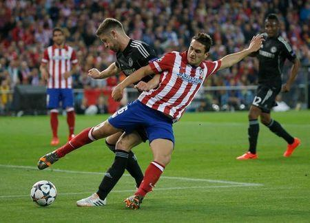 Cahill challenges Atletico Madrid's Koke (front) during their Champions League semi-final first leg soccer match at Vicente Calderon stadium in Madrid