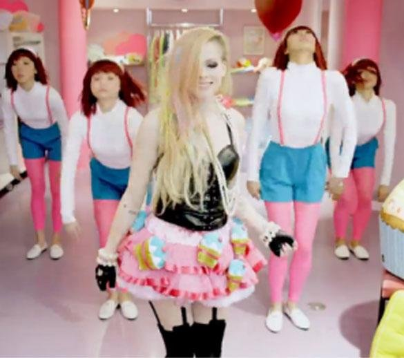 Avril Lavigne Defends 'offensive' Hello Kitty: RACIST??? LOLOLOL!!! I love Japanese culture