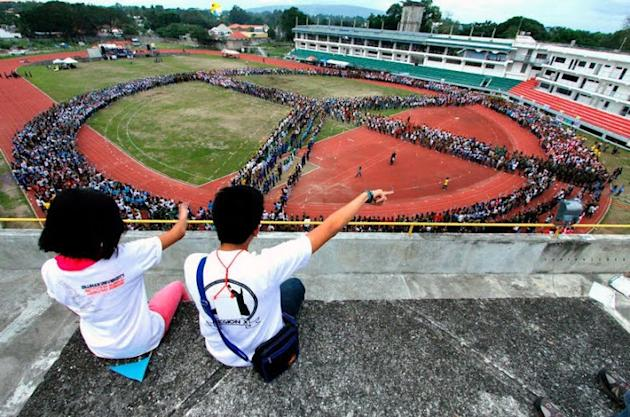 Dumaguete attempts biggest human peace sign