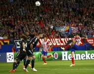 Atletico Madrid's Diego Costa tries a shot during their Champions League semi-final first leg soccer match against Chelsea at Vicente Celderon Stadium in Madrid, April 22, 2014. REUTERS/Darren Staples (SPAIN - Tags: SPORT SOCCER)