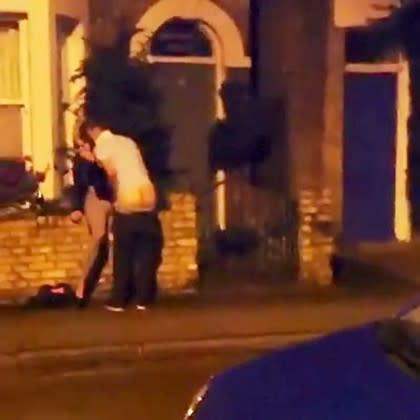 Έκαναν σεξ στο δρόμο και τους ξύπνησαν! (ΦΩΤΟ)