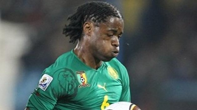 Cameroon's midfielder Alexandre Song stops the ball during the Group E first round 2010 World Cup football matchagainst Danemark on June 19, 2010 at Loftus Verfeld stadium in Tshwane/Pretoria