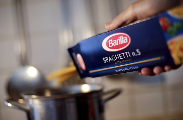 """A man throws Barilla spaghetti into boiling water as he cooks at his home in Rome, Italy in this September 27, 2013 file photo. Pasta maker Barilla is expected to release 2014 results this week.  REUTERS/Max Rossi/Files   GLOBAL BUSINESS WEEK AHEAD PACKAGE - SEARCH """"BUSINESS WEEK AHEAD MAY 18"""" FOR ALL IMAGES"""
