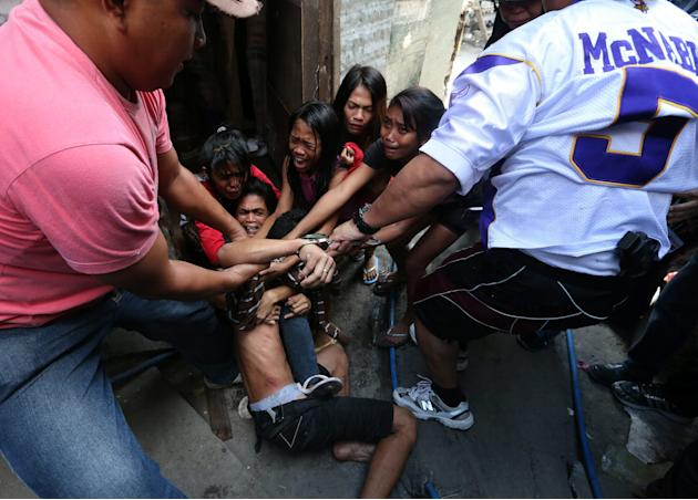 Filipino policemen clash with informal settlers