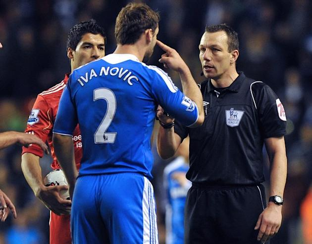Referee Kevin Friend (R) Speaks To Chelsea's Serbian Defender Branislav Ivanovic (C) And Liverpool's Uruguayan  Forward AFP/Getty Images