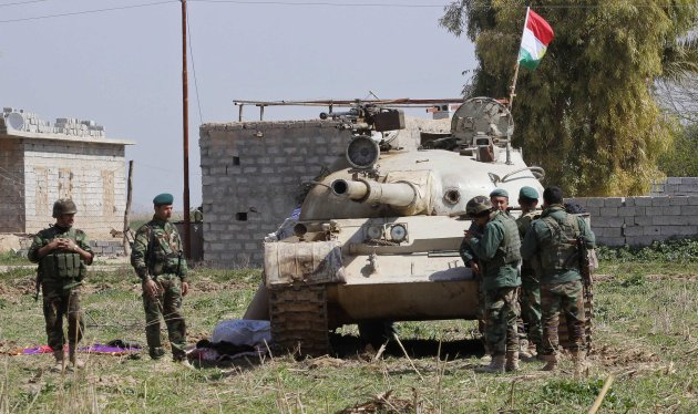 Kurdish peshmerga forces carry their weapons at outskirts of Kirkuk March 15, 2015. (Reuters)