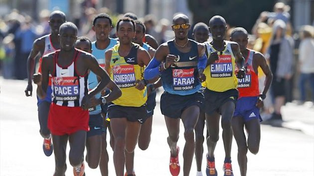 Britain's Mo Farah (3rd R) runs alongside men's elite class runners during the London Marathon April 21, 2013 (Reuters)