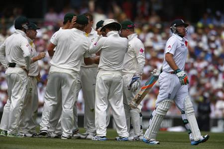 England's Ian Bell (R) walks off the field after his dismissal by Australia's Peter Siddle during the second day of the fifth Ashes cricket test at the Sydney cricket ground January 4, 2014. R