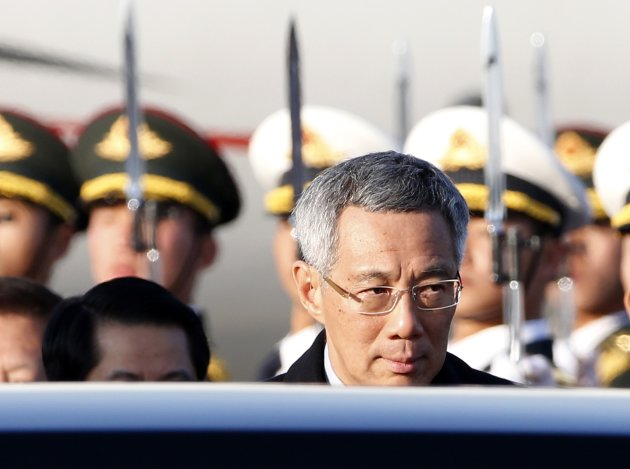Singapore's Prime Minister Lee Hsien Loong arrives at the Beijing Capital International Airport November 9, 2014, to attend the Asia Pacific Economic Cooperation (APEC) meetings.    REUTERS/Kim Kyung-Hoon (CHINA - Tags: POLITICS BUSINESS)