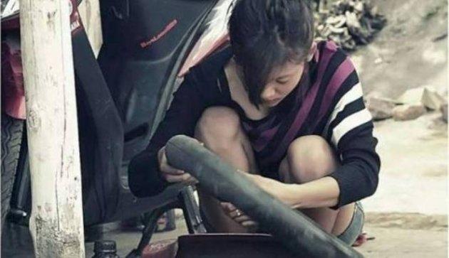Nanik Fransiska (18 tahun), tukang tambal ban.