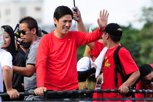 "Vic Sotto waves to the crowd while riding the float of his MMFF 2012 entry ""Si Agimat, Si Enteng Kabisote at Si Ako"" during the 2012 Metro Manila Film Festival Parade of Stars on 23 December 2012. (An"
