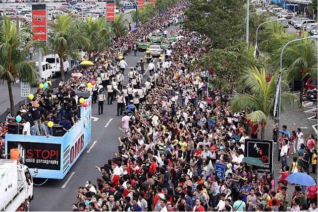 Thousands of people gather to witness the 2011 MMFF Parade of Stars. (Marlo Cueto, NPPA Images)
