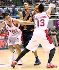 Gabe Norwood faces a double team by Jay-jay Helterbrand and Billy Mamaril. (PBA Images)